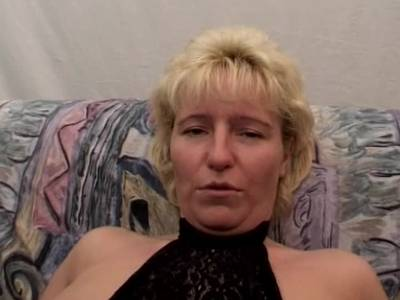 Blonde deutsche Milf wird in Dreier genagelt