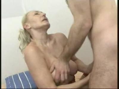 reife blonde milf in roten dessous