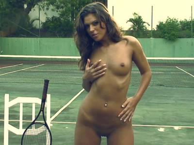 Porno Tennisschläger Brünette masturbiert