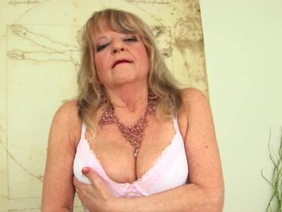 Nackt aus zieht sich oma Porno Free